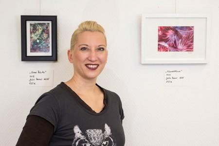 Julia Renner vor ihren Bildern